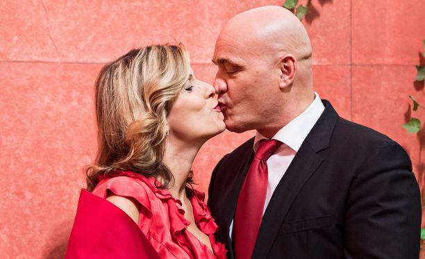 Rakastavaiset aikovat avioitua sitten, kun yhteinen lapsi on hieman varttunut. Häitä tuskin vietetään vielä ensi vuonna. Jukalla on takanaan yksi avioliitto ja Reetalla kahdeksan vuotta kestänyt avoliitto.