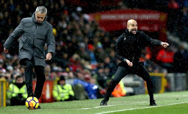 José Mourinho (vas.) koki tappion arkkivihollistaan Pep Guardiolaa vastaan.
