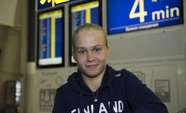 Petra Ollin huumori ei pettänyt, vaikka aamuöinen lento olikin yli tunnin myöhässä.