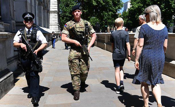 Turvatoimet ovat kireällä ympäri Britanniaa. Kaduilla on poliisin tukena myös sotilaita. Kuva on Whitehallista Lontoossa.