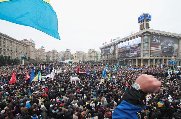 Sadattuhannet ukrainalaiset vastustavat kaduilla presidentin EU-päätöstä.
