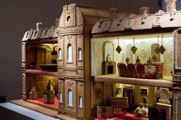Kaksi metriä pitkässä talossa on useita huoneita, joiden mallina on käytetty Waddesdonin kartanon tiloja.