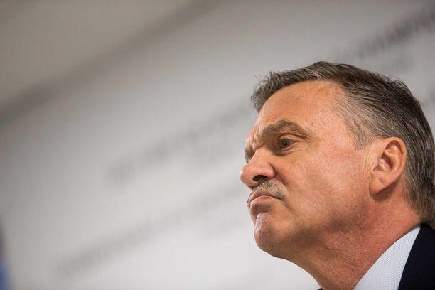 IIHF:n puheenjohtaja, hammaslääkäri Rene Fasel suunnittelee matkaa Valko-Venäjälle.