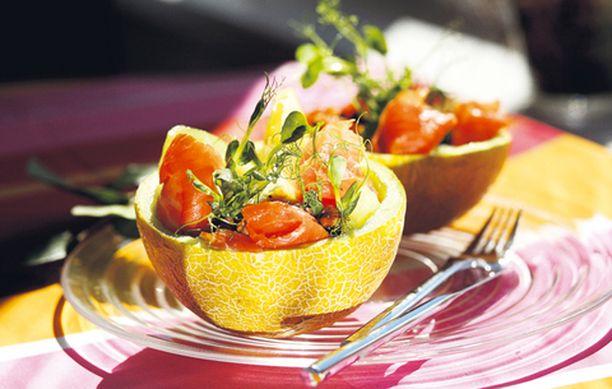 Tarjoa salaatti meloninkuoresta.