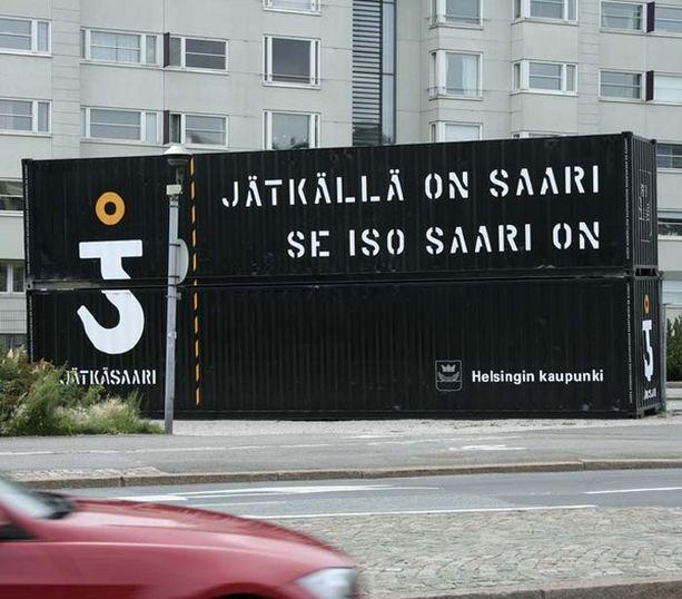 Alueelle on tuotu kymmenen rakennuskonttia, joissa mainostetaan aluetta.