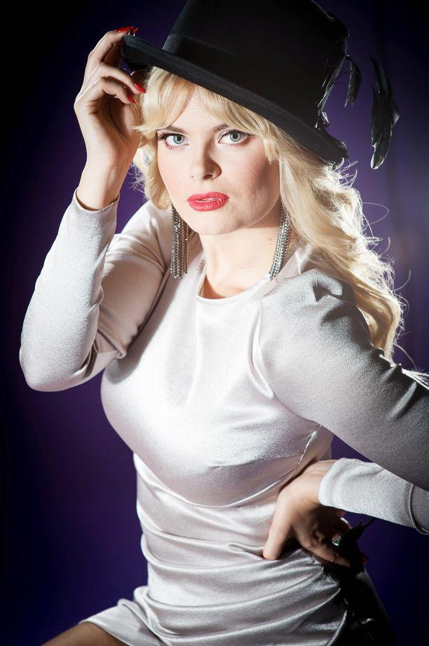 Erika Vikman poseerasi upeana myös Iltalehden uudenvuoden kuvauksissa.