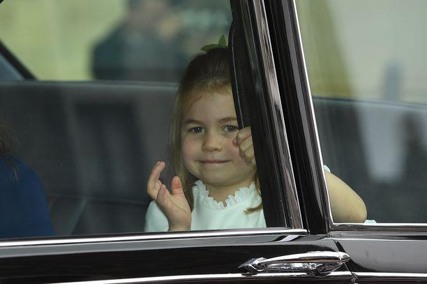 Prinsessa Charlotte vilkutteli iloisesti autosta.