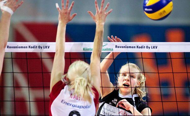 Noora Kosonen (oikealla) loisti Suomen paidassa. Arkistokuva.