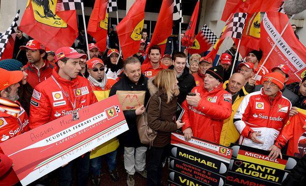 Ferrari-kannattajat ovat järjestäneet erilaisia seremonioita Schumacherin kunniaksi.