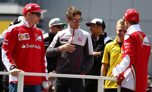Romain Grosjean (kesk.) pukeutuisi mielellään punaiseen. Ranskalainen ajoi Kimi Räikkösen tallikaverina Lotuksella vuosina 2012-2013.