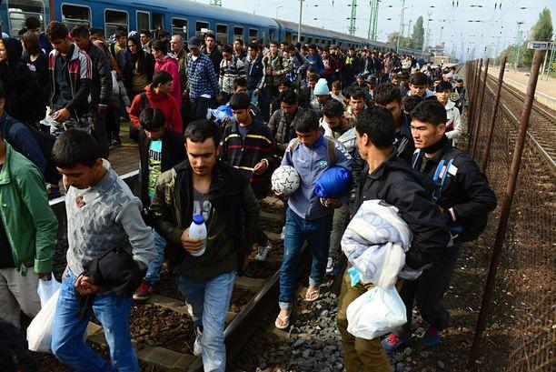 Joukko pakolaisia jatkoi matkaansa Unkarista eteenpäin vuonna 2015.