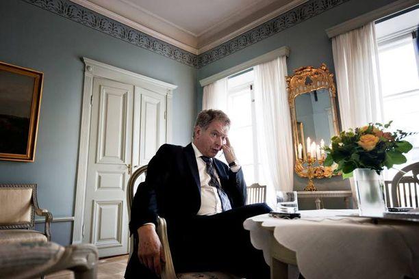 Presidentti Sauli Niinistöä on hiertänyt dokumenttimateriaalin päätyminen kolmannen osapuolen haltuun. Helsinki-filmi ei ollut alun perin mukana neuvottelupöydässä, kun Niinistön presidentinvaalikampanjasta kertovan dokumentin tekemisestä sovittiin.