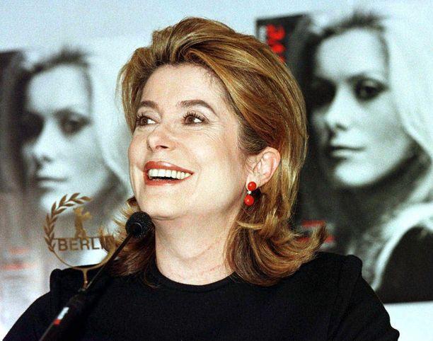 Ranskalainen filmitähti Catherine Deneuve oli vakioasiakas Chanelilla silloin, kun Virpi Miettinen toimi muotitalossa sovitusmallina.