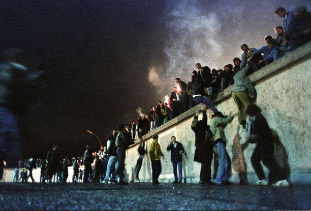 Itäberliiniläiset lähtivät yöllä ylittämään muuria.