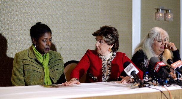 Donna Barrett ja Dottye ovat Cosbyn kaksi uusinta väitettyä uhria. Naiset edustivat lehdistötilaisuudessa yhdessä asianajaja Gloria Allredin (keskellä) kanssa perjantaina New Yorkissa. Dottye ei kertonut sukunimeään julkisuuteen.