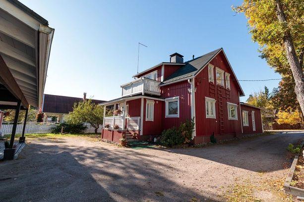1950-luvulla rakennettiin erityisesti kahdentyyppisiä taloja: tunnelmallisia rintamamiestaloja ja tyylikkäitä funkkistaloja. 50-luku muistetaan myös suomalaisen muotoilun ja suunnittelun kulta-aikana. Kuvassa perinteinen punainen rintamamiestalo.