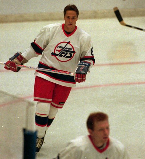 Teemu Selänne aloitti NHL-uransa Winnipeg Jetsissä. Etualalla hänen ketjukaverinsa Alexei Zhamnov.