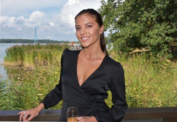 Sofia Arasola on tuttu MTV:n Rantabaari-sarjasta, jota ennen hän tähditti Salkkareita.