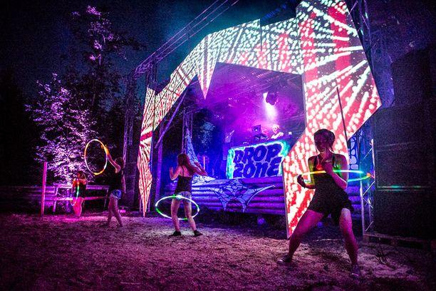 Drop Zone lavan ilme oli Mario Lunan suunnittelema ja siihen heijastettiin visuaaleja kahdella videotykillä.