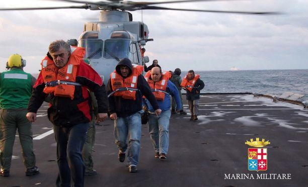 Italian laivasto on julkaissut kuvia pelastusoperaatiosta.