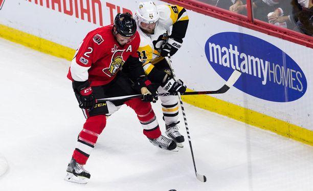 Entiset Toronton joukkuekaverit Dion Phaneuf ja Phil Kessel taistelemassa kiekosta.