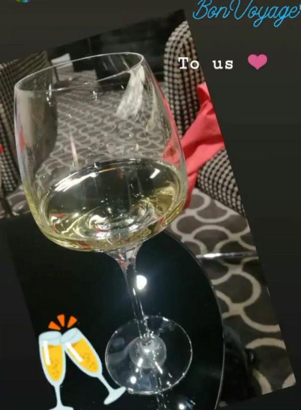 Check-iniä odotellessaan Kati ehti jakaa somessa kuvan viinistä, jonka siivittämänä kauan odotetun matkan piti alkaa. Tiistai-iltaan mennessä hän perheineen oli edelleen Vantaalla.