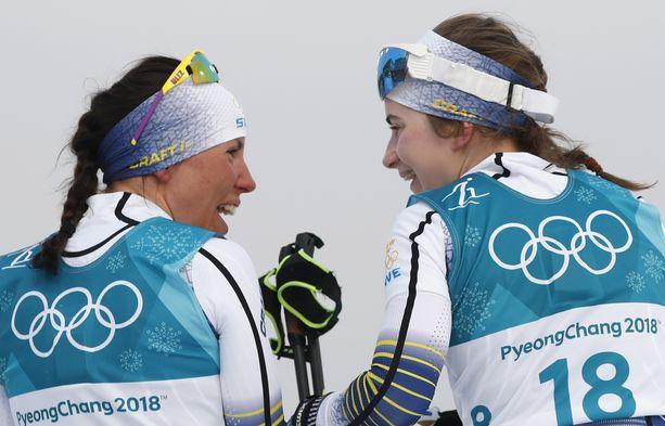 Charlotte Kalla (vas.) ja Ebba Andersson ovat Ruotsin naishiihdot ykköpyssyt Seefeldin MM-kisojen normaalimatkojen kilpailuissa. Kuva viime kaudelta Korean olympialaduilta.