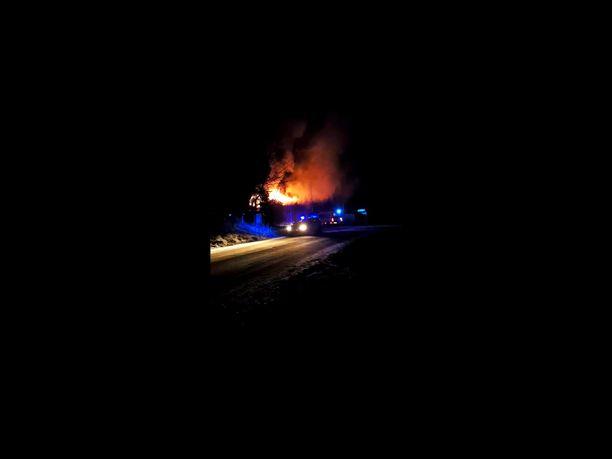 Pirkanmaan pelastuslaitoksen tilannekeskuksesta kerrottiin tulipalon olevan voimakas.