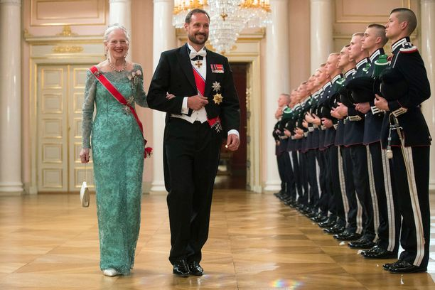 Alkujuhlallisuuksissa Haakonilla oli vielä parta.