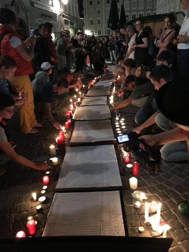 Mielenosoittajat sytyttivät kynttilöitä Välimereen hukkuneiden muistoksi.