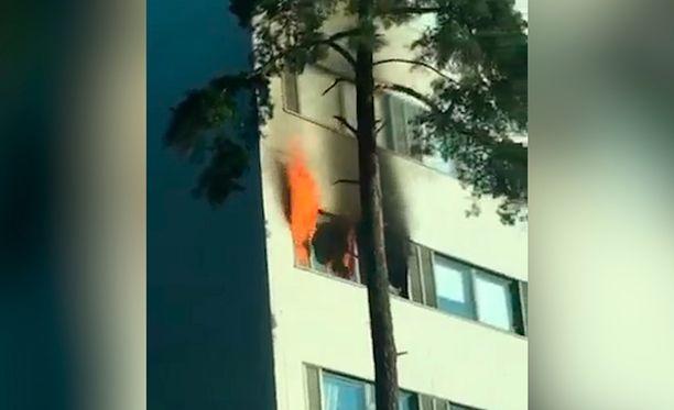 Tulipalo kivenlahtelaisessa kerrostalossa alkoi noin puoli kahdeksan aikaan torstai-iltana.