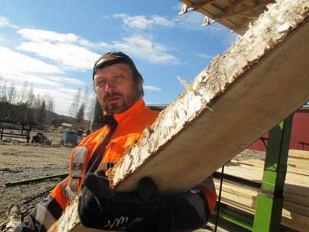 Kansanedustaja Teuvo Hakkarainen (ps) kuvailee sahalta löytynyttä työntekijää omissa oloissaan viihtyneeksi. Hän asui kansanedustajan luona parin vuoden ajan.