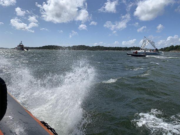 Myrskytuuli teki pahaa jälkeä purjeveneelle.
