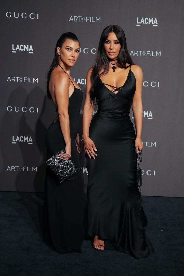 Tosi tv-tähdet Kourtney ja Kim Kardashian luottivat pelkistettyihin mustiin slip-mekkoihin. Ysäriltä inspiroituneet tyylit näyttävät nyt ajankohtaisilta, ja minimalistiset narumekot ja -sandaalit ovat niin varman tyylikkäitä valintoja, ettei niitä tarvitse muistella nolona myöhemminkään.