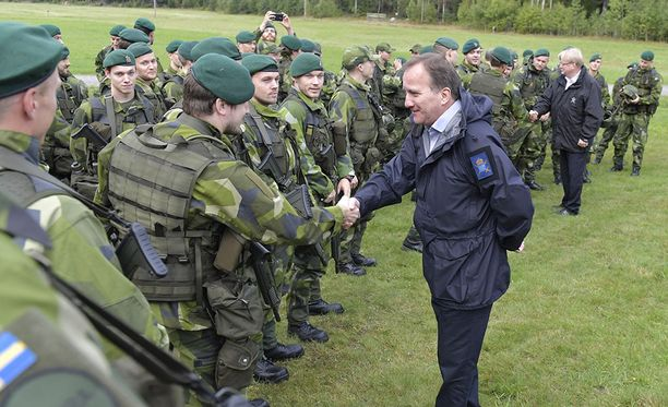 Ruotsin pääministeri Stefan Löfven tutustumassa puolustusvoimien rannikkojääkäreihin Bergassa Tukholman ulkopuolella.