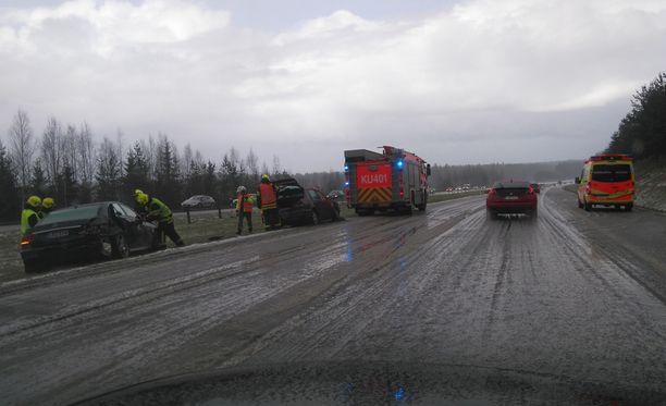 Nurmijärvellä tapahtuneen kolarin raivaustöissä oli mukana pelastulaitoksen lisäksi useita ambulansseja.