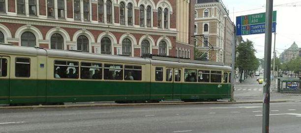 Vanha vaunu 150 lähti koeajamaan uutta reittiä Erottajalta.