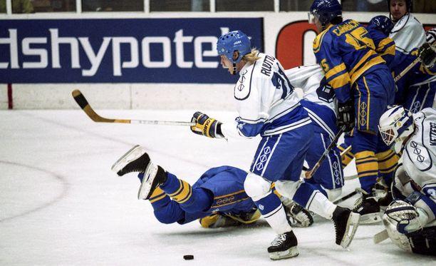 Christian Ruuttu taistelee kiekosta vuoden 1992 MM-finaalissa.