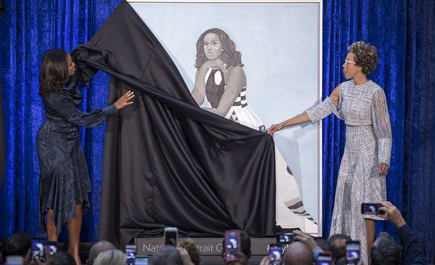 Taiteilija Amy Sherald paljasti Michelle Obaman muotokuvan.