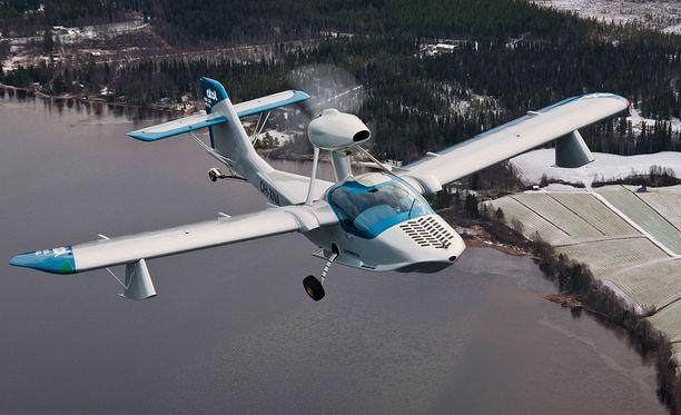 Atol lentää Kemijoen yllä viime vuoden lopulla.