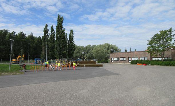 Vanhemmat ja kaupunki ovat ajautuneet sanasotaan Kaarinassa Hovirinnan koulun sisäilmaraportin julkisuudesta.