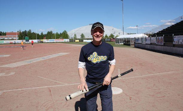 Toni Nieminen uudessa ympäristössään Raksilan pesisstadionilla.