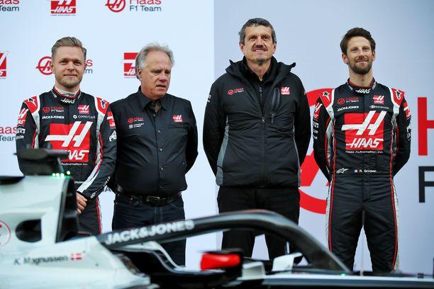 Haasin ykköstiimi: Vasemmalla tanskalainen kuski Kevin Magnussen vierellään tallin omistaja Gene Haas. Oikealla toinen kuski Romain Grosjean ja hänen vieressään tallipäällikkö Günther Steiner.