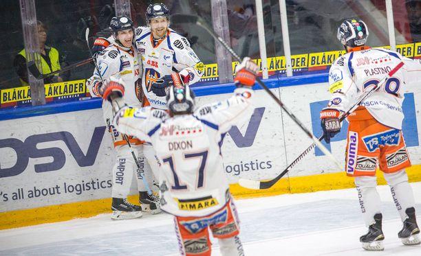 Tappara juhlii Jere Karjalaisen (vas.) tekemää kyseenalaista 1-2-maalia.