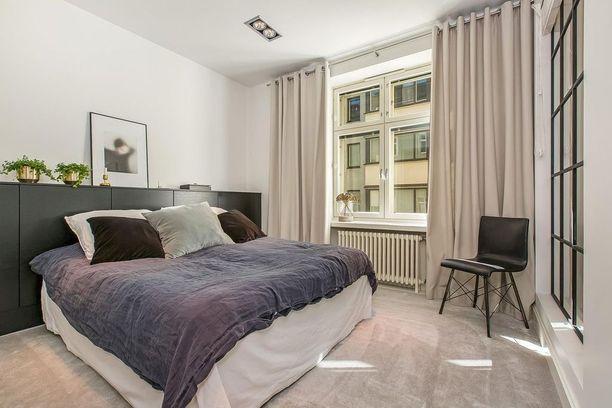 Tämä koti on nähty Suomen kaunein koti -ohjelmassa. Makuuhuone on sisustettu pelkistetysti ja sävyt toimivat hyvin yhteen. Makuuhuoneen erikoisuus on pehmeä kokolattiamatto. Ylellisyyttä tuovat sametti ja laadukkaat petivaatteet. Huomaa myös makuuhuoneen lasiseinä, josta valo tulvii sisään.