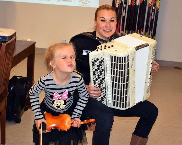 Isabella ja Mona-Liisa Nousiainen ovat taitavia soittajia.
