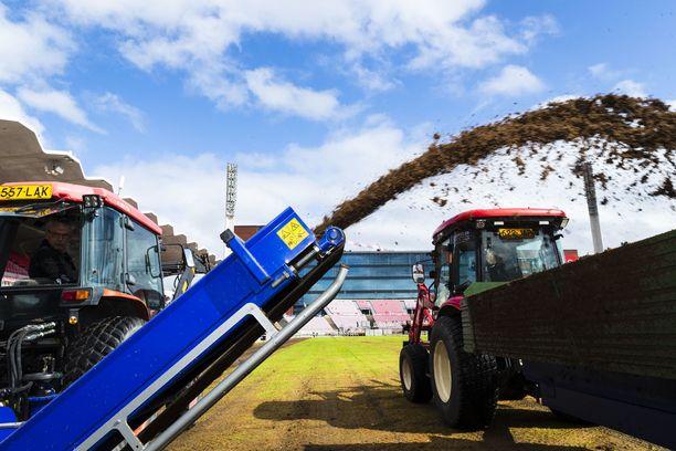 Työt alkoivat Ratinan stadionilla maanantaina. Nurmikon vaihto-operaatio tunnetaan alan termillä pitch renovation.