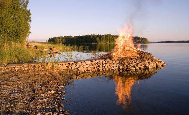 Juhannuskokkoja poltetaan juhannusyönä.