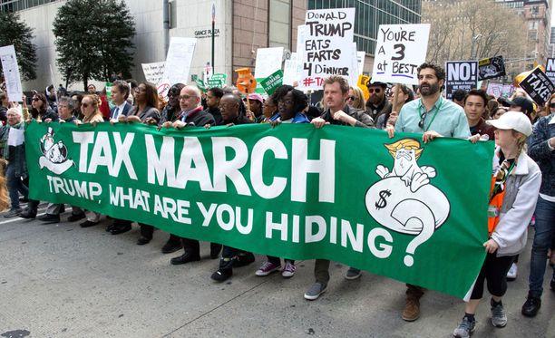 Arviolta noin 5000 ihmistä marssi New Yorkissa ja vaati Donald Trumpia julkistamaan verotietonsa.