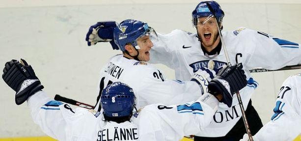 Teemu Selänne, Jere Lehtinen, Saku Koivu - tässä he juhlivat Torinon olympialaisissa 2006.